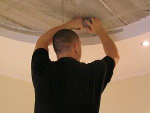 Монтирование натяжных потолков