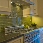 Дизайн кухни в зеленом цвете