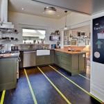Горизонтальные и вертикальные полосы в интерьере кухни