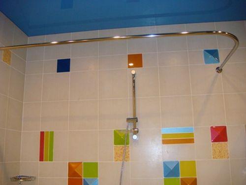 Как выбрать угловые шторы и карнизы для ванной комнаты