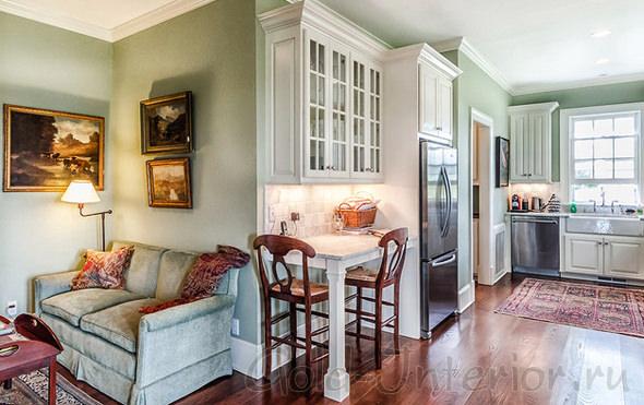 «Кухонные диваны прямые: такая разная классика»