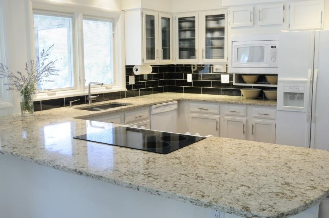 Натуральный камень в интерьере: белый гранит для ванной и кухни