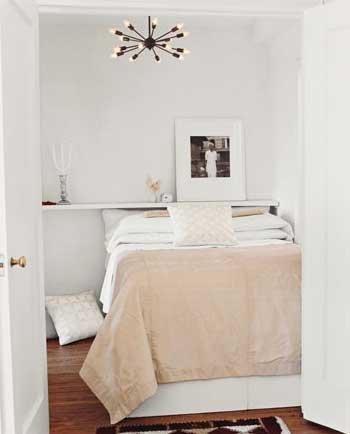 Нужны ли полки над кроватью, или Как акцентировать интерьер