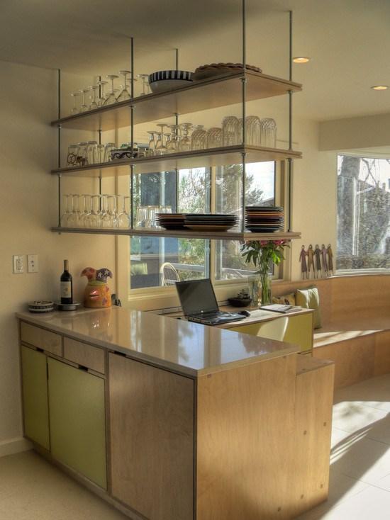 Открытые полки в интерьере кухни