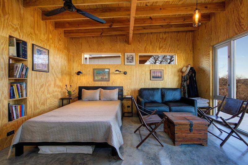 Отпускные домики у реки, построенные на дружбе