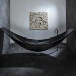Проектная студия Splinter создала ванну, изготовленную из углеродного волокна, которая может подвешиваться к стене как гамак