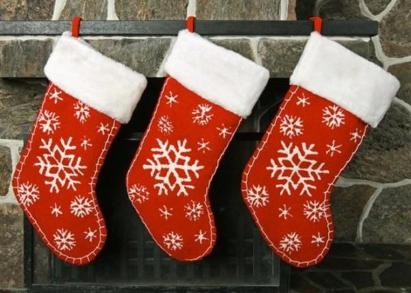 Рождественские носки для подарков: простое, но эффектное украшение к праздникам