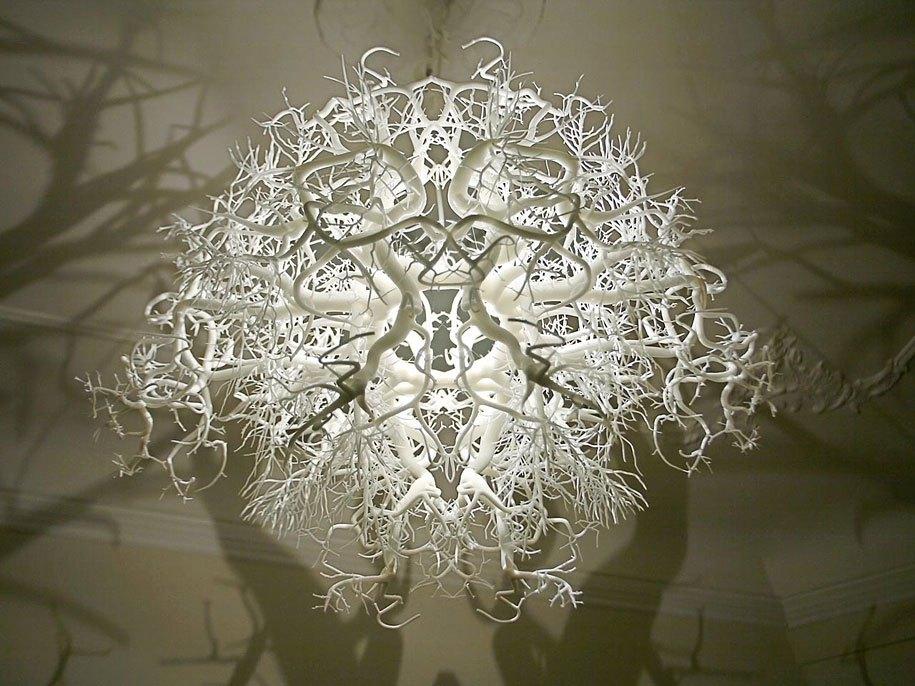 Скульптурная люстра, создающая таинственную атмосферу, дизайнеров Tайра Хильдена и Пио Диаса.
