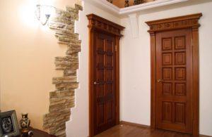Установка межкомнатных дверей из массива дуба