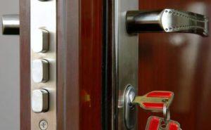 Зачем нужен ремонт металлической двери?